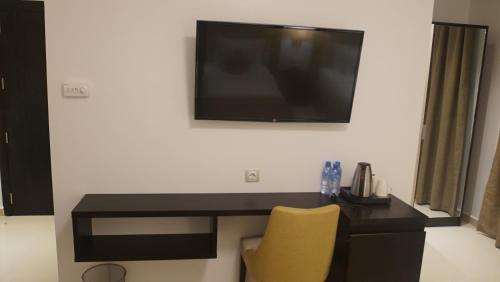 A television and/or entertainment center at Hotel Best Night 2