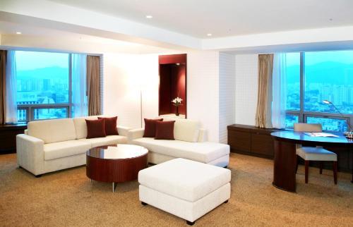 A seating area at Novotel Ambassador Daegu
