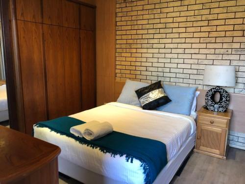 A bed or beds in a room at Retro 1bedroom Studio*Close to airport&CBD
