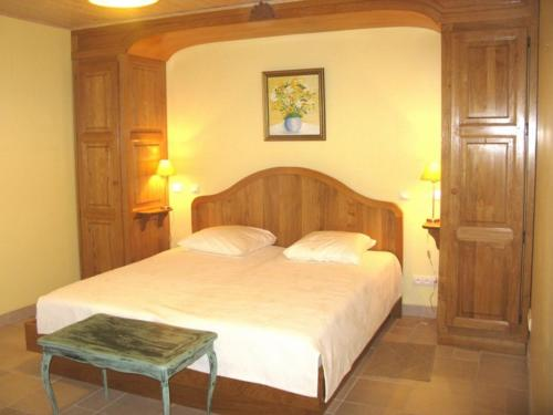A bed or beds in a room at Le Clos Fleuri