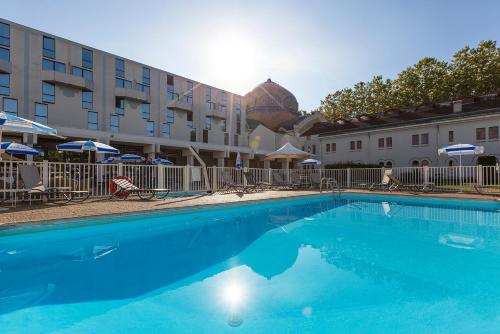 The swimming pool at or near Mercure Vichy Thermalia