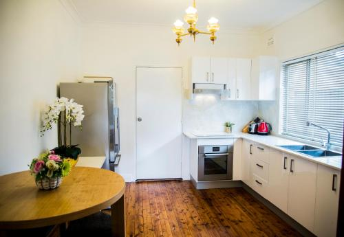 A kitchen or kitchenette at Bright&Spacious Home with hotel grade cleanliness.