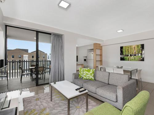 A seating area at Atrio Apartments