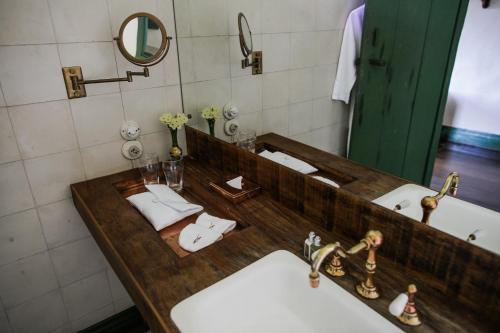 A bathroom at Comuna do Ibitipoca - Engenho