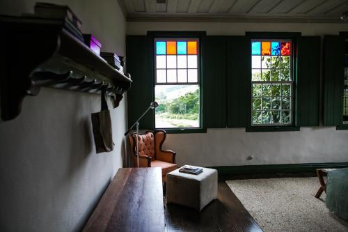 A television and/or entertainment centre at Comuna do Ibitipoca - Engenho
