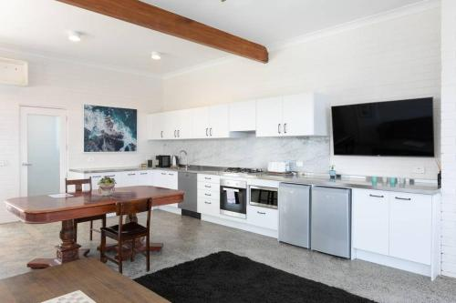 A kitchen or kitchenette at CLIFFSIDE: BONDI BEACH