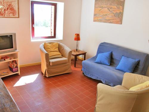 A seating area at Holiday Home Le Puits Du Geai-1