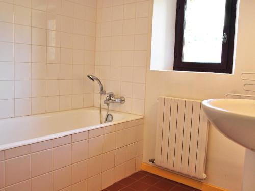 A bathroom at Holiday Home Le Puits Du Geai-1