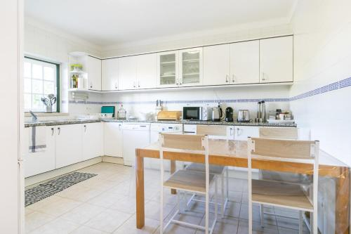 A kitchen or kitchenette at Liv In Ericeira Guest House