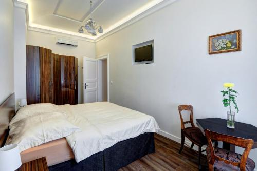 A bed or beds in a room at The Old Town Luxury Hideaway Apartment