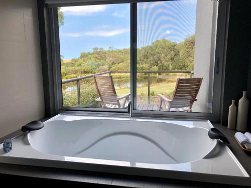 A bathroom at Messmates Luxury Eco Suites