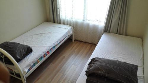 A bed or beds in a room at 2bedroom entire unit freeparking walktotrain&ferry