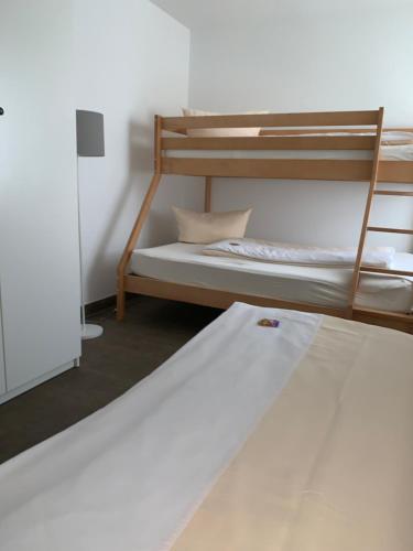 Ein Etagenbett oder Etagenbetten in einem Zimmer der Unterkunft Apartment - Pension Marianna