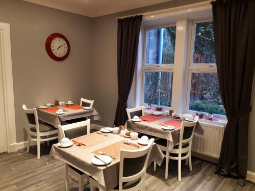 A restaurant or other place to eat at Rowanlea Guest House