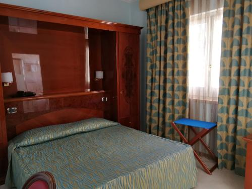 A bed or beds in a room at Hotel Terme Marine Leopoldo II