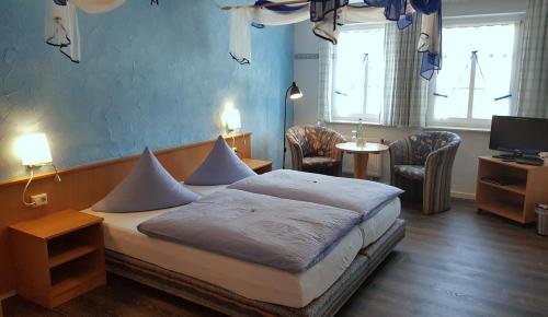"""Ein Bett oder Betten in einem Zimmer der Unterkunft Wirtshaus & Pension """"Zum Hammer"""""""