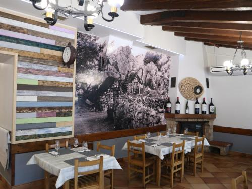 A restaurant or other place to eat at Ostatu Zegama