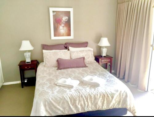A bed or beds in a room at Superb Townhouse in North Adelaide