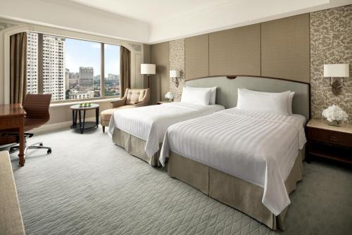 A bed or beds in a room at Shangri-La Hotel Jakarta