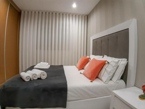 A bed or beds in a room at OPORTO House AL