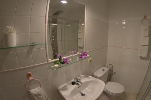 A bathroom at Hotel Carvajal