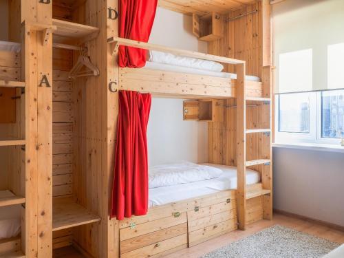 Двухъярусная кровать или двухъярусные кровати в номере KD Hostel