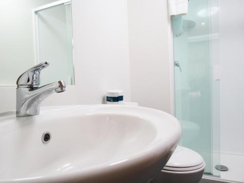 A bathroom at Tetra Serviced Apartments by Nesuto