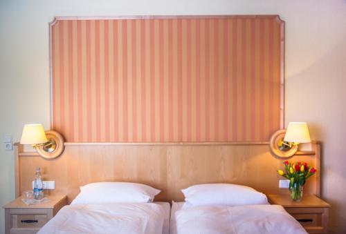 Ein Bett oder Betten in einem Zimmer der Unterkunft Hotel Altes Kurhaus