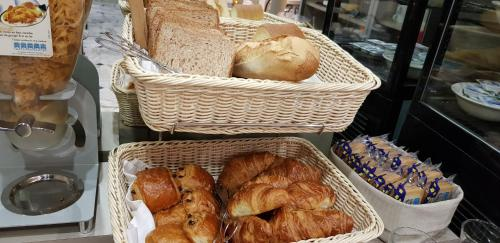 Breakfast options available to guests at Hotel De La Cite Rougemont