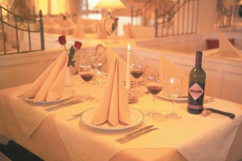 Ein Restaurant oder anderes Speiselokal in der Unterkunft Hotel Seeblick