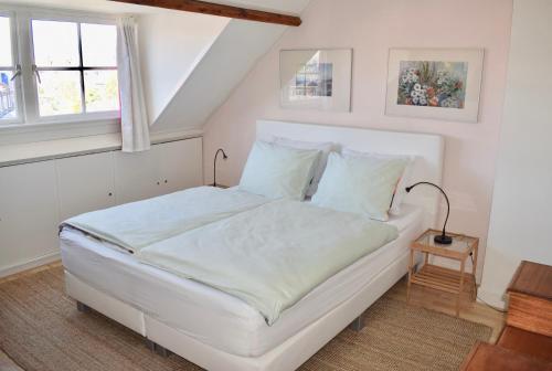 A bed or beds in a room at Bed & Breakfast Tegenover de Molen
