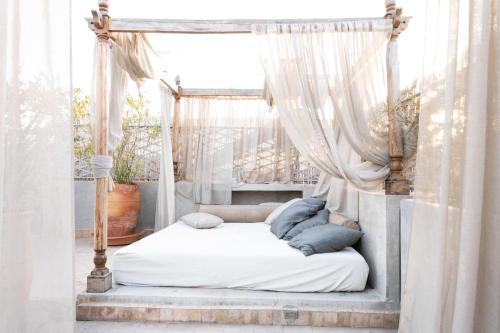 Кровать или кровати в номере Riad Le Rihani