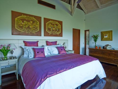 A bed or beds in a room at Clos Apalta Residence Relais & Chateaux