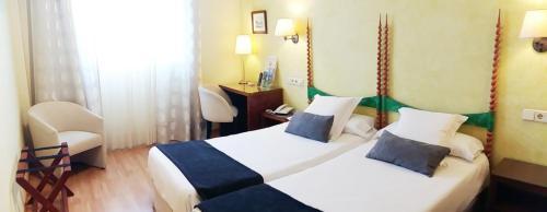 Llit o llits en una habitació de Hotel Rosa Spa Begur