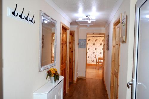 3 Bedroom Apt- 5 beds + double sofa bed - Free Wi-Fi, Netflix & Parking