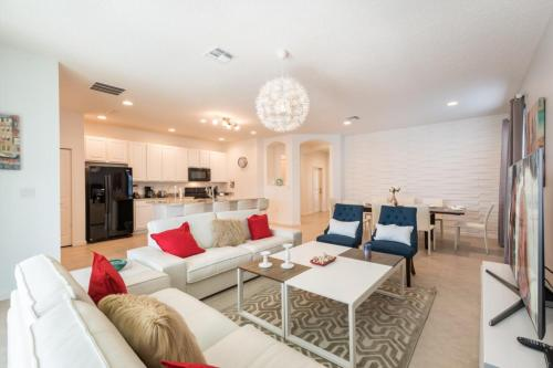 A seating area at 4-bedroom house w/ private pool - great location