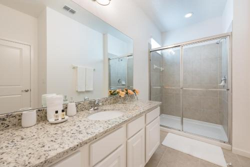 A bathroom at 4-bedroom house w/ private pool - great location