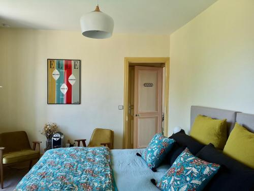 A bed or beds in a room at Le Clos des Fées