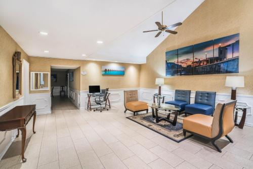 A seating area at Baymont by Wyndham Prattville
