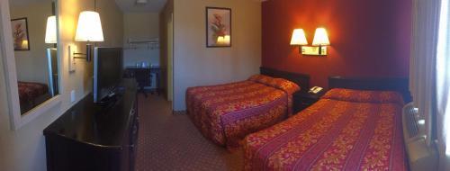 Łóżko lub łóżka w pokoju w obiekcie Hilltop Inn & Suites