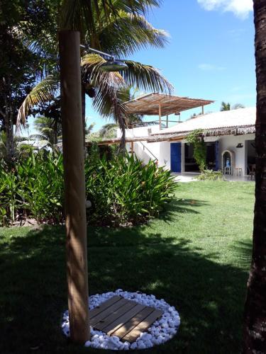 A garden outside Casa da Cris Praia do Espelho Charme e Natureza