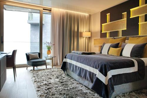 Säng eller sängar i ett rum på The Thief