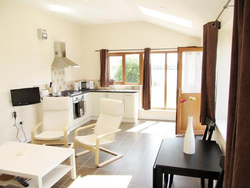 Aspen Lodge- Lakeside superior one bed apartment on private estate