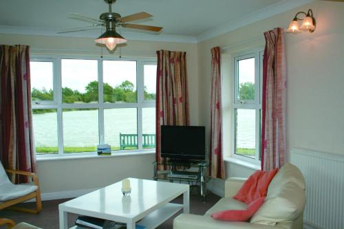 A television and/or entertainment center at The Snug - Lakeside bungalow with 2 bedrooms