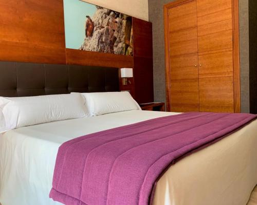 A bed or beds in a room at Hotel Balneario Valle del Jerte