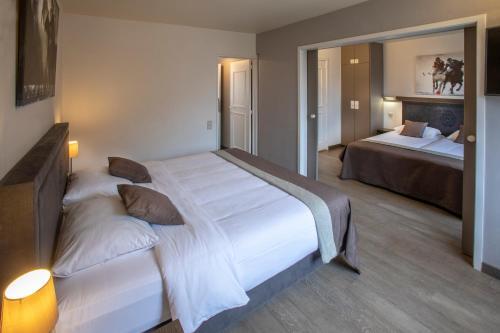 Een bed of bedden in een kamer bij Auberge St. Pol.
