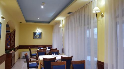 A restaurant or other place to eat at Hotel Adria