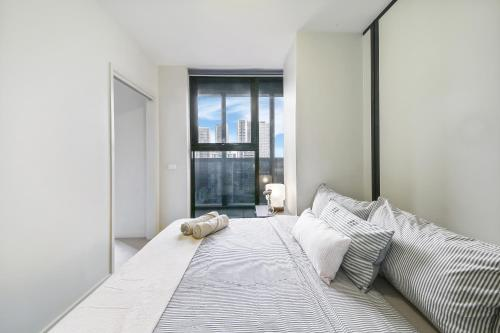 A bed or beds in a room at A Cozy 2BR Apt with a Panoramic View of the City