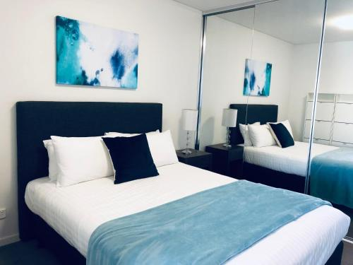 A bed or beds in a room at Wyndel Apartments Neutral Bay - The Mint