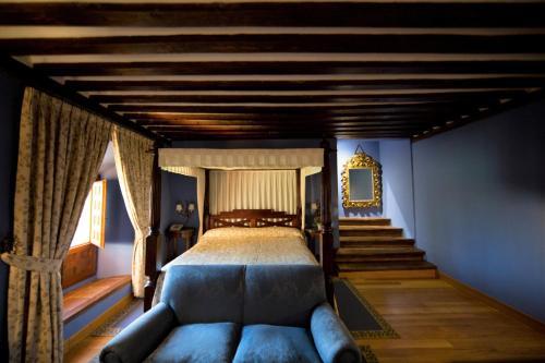 A bed or beds in a room at Antiguo Convento de Boadilla